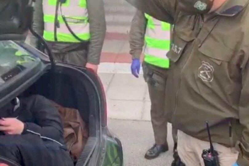 Insólito: descubren a un joven tratando de burlar control sanitario en el maletero de un taxi