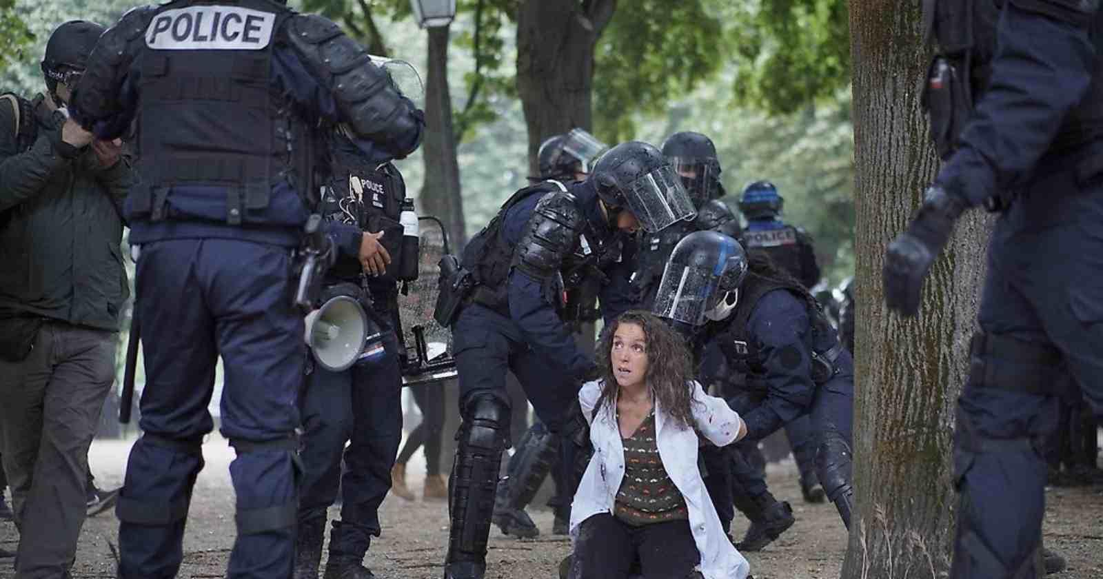 VIDEO | Policía de Francia detiene brutalmente a enfermera durante protestas de trabajadores de la salud