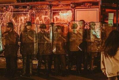 Caso Antonia Barra: la verdad tras imagen de Carabineros protegiendo local de familia de Martín Pradenas