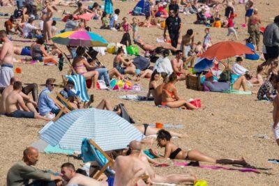 Descontrol y aglomeraciones: gobierno británico amenaza con cerrar las playas tras la flexibilización de la cuarentena