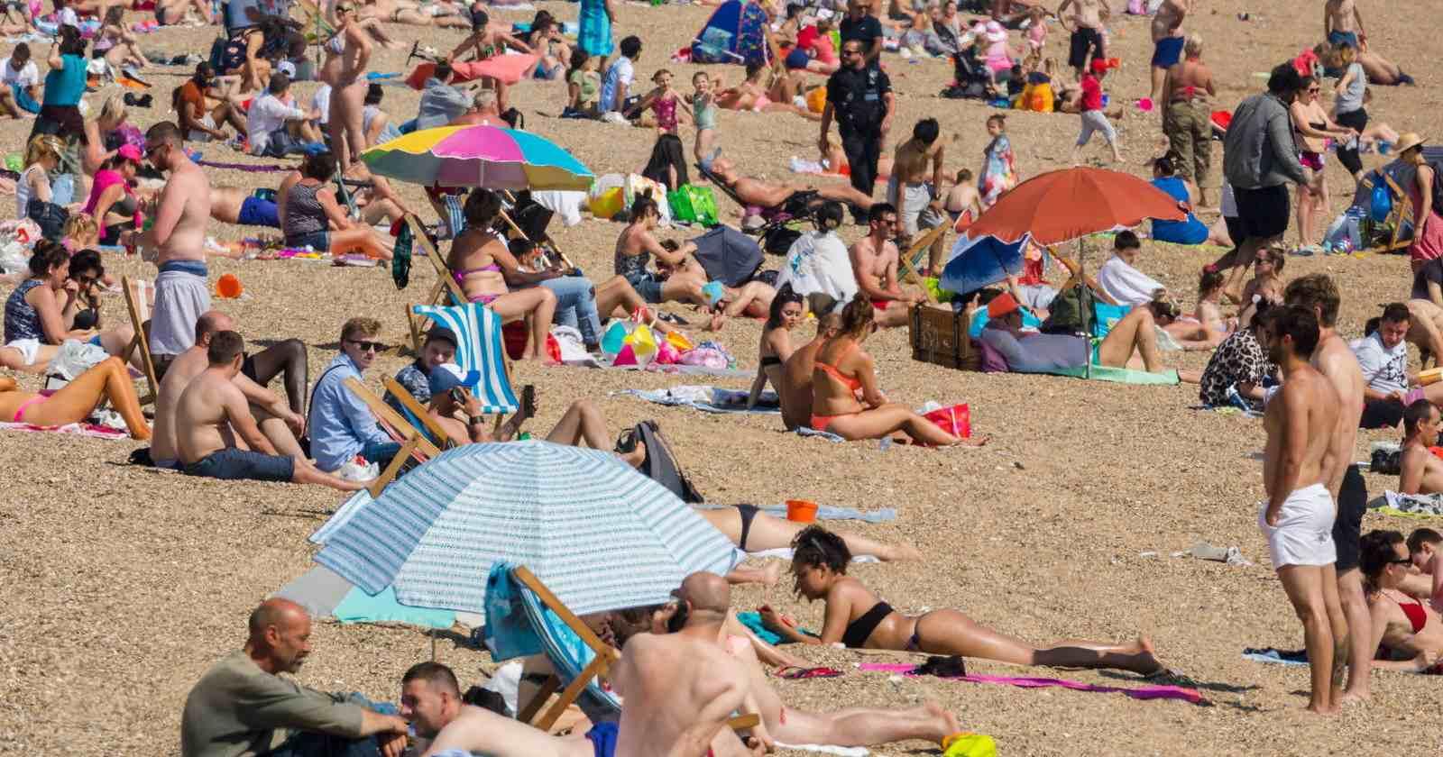 Gobierno británico amenaza con cerrar las playas tras la flexibilización de la cuarentena