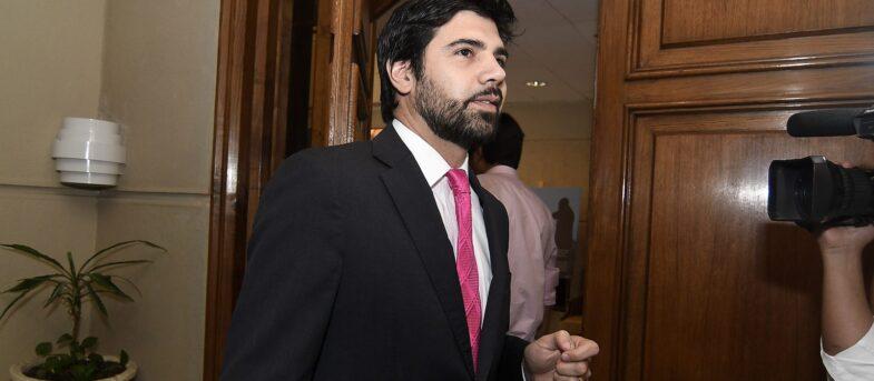Abstención de Joaquín Lavín hace caer veto de La Moneda