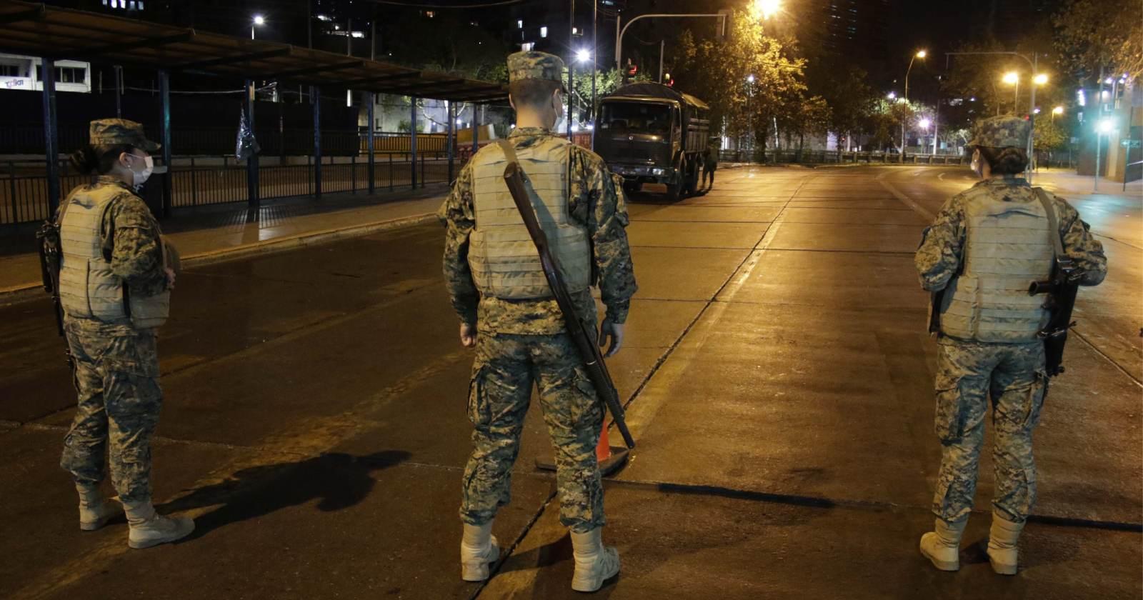 Dos civiles resultaron heridos: militares utilizaron armamento tras incidente en control por toque de queda