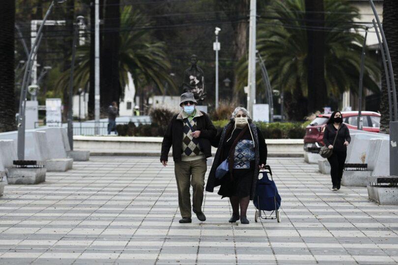 Patricio Bañados, Gabriela Hernández y Mary Rose Mac-Gill convencieron a Paris para modificar permisos para mayores de 75 años