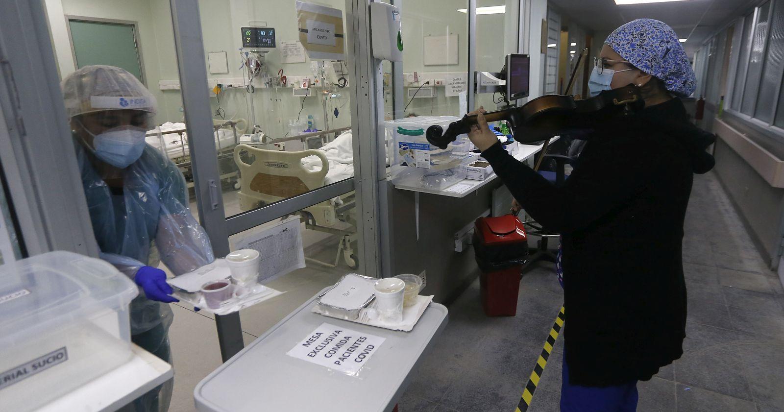 Historia de enfermera del Hospital El Pino que toca el violín llegó a la revista Time