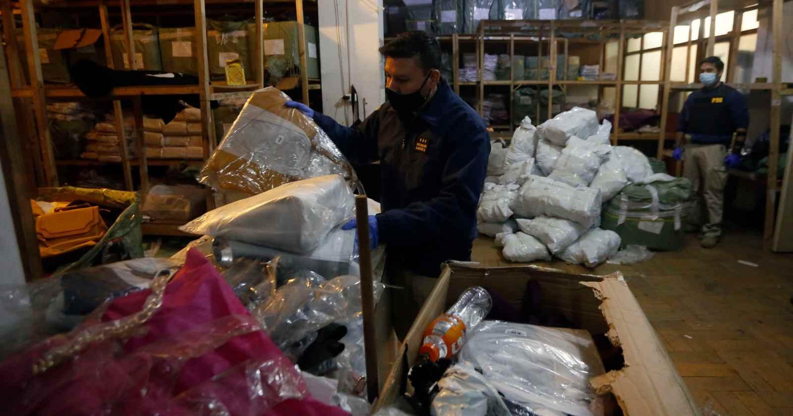 Clausuran fábrica de carteras en Estación Central que hacía delivery con permisos falsos