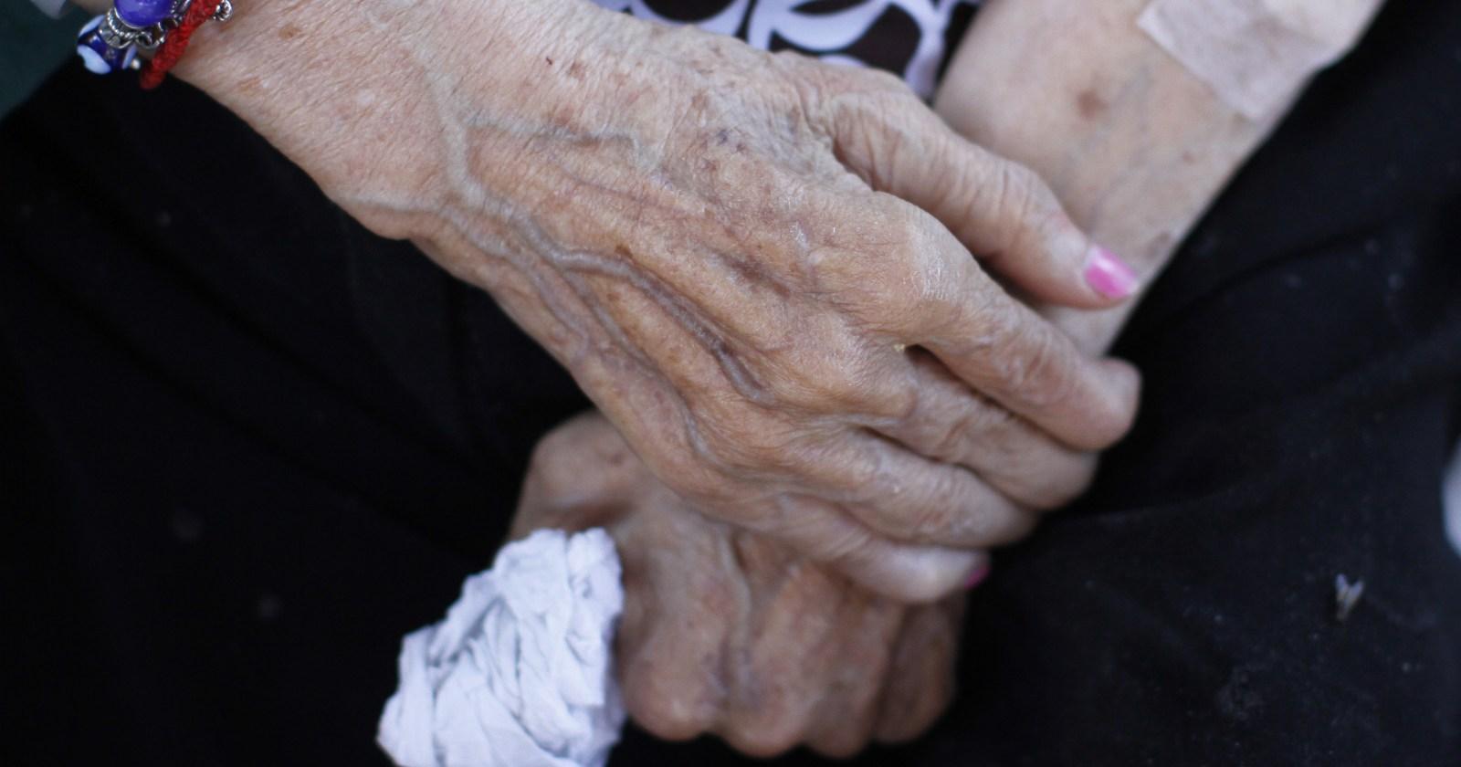 Hallan a dos adultos mayores fallecidos en vivienda de Las Condes