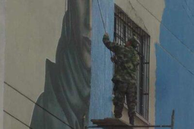 No es Chile: la historia detrás de la foto de militares borrando un mural