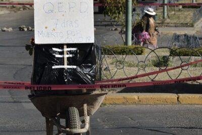 Drama en Bolivia: policía retira cientos de cadáveres desde las calles
