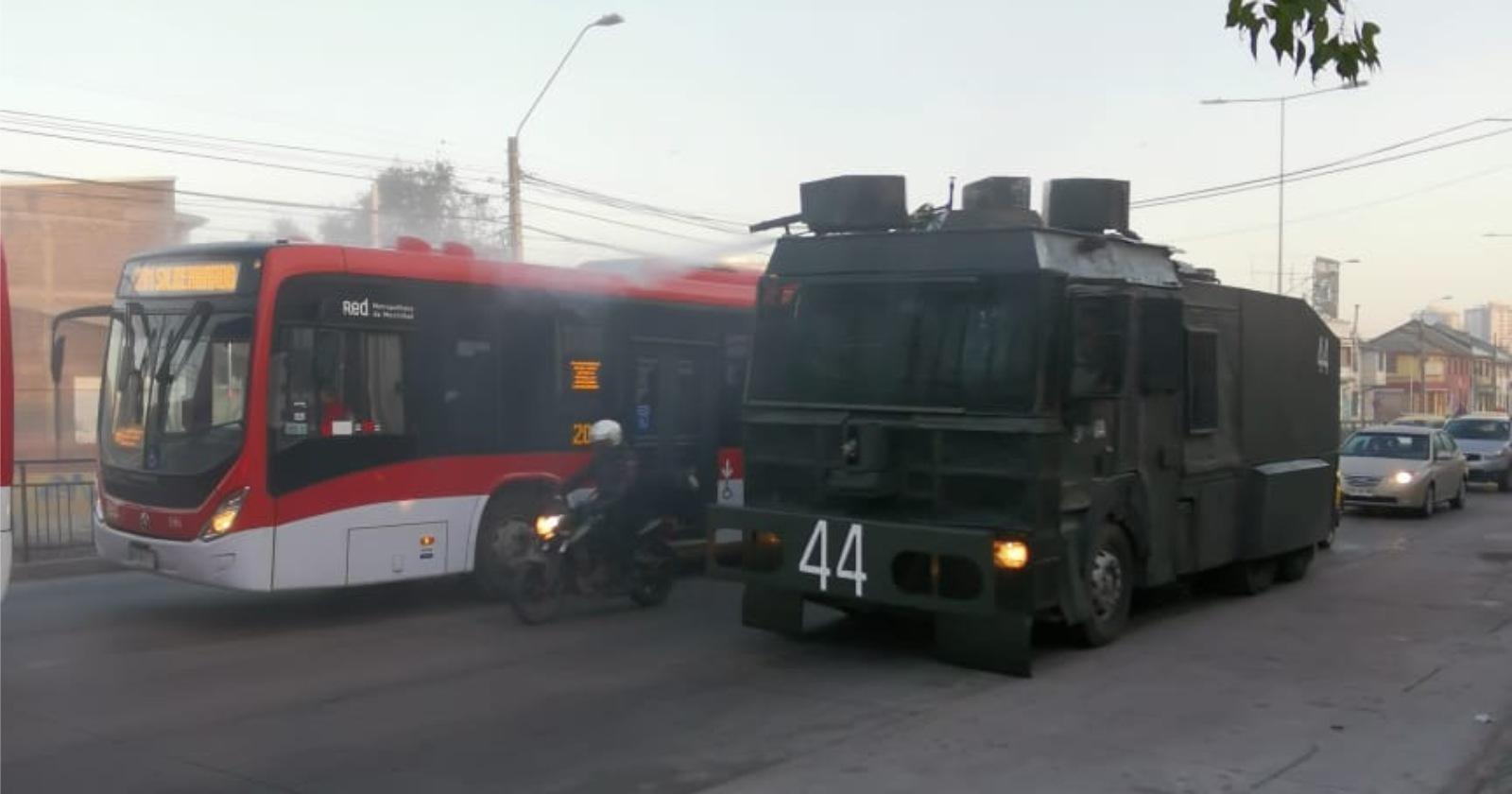 Independencia usa carro lanzaaguas de Carabineros para sanitizar calles