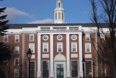 Harvard e Instituto Tecnológico de Massachusetts demandan al Gobierno de EE.UU. por medida que revoca visas de estudiantes extranjeros