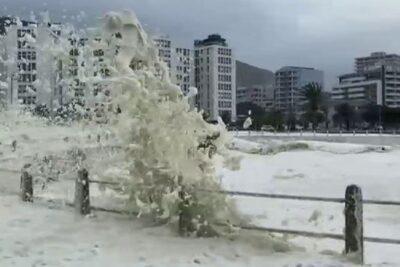 """VIDEO – Las """"olas de capuchino"""" que afectaron a Ciudad del Cabo"""