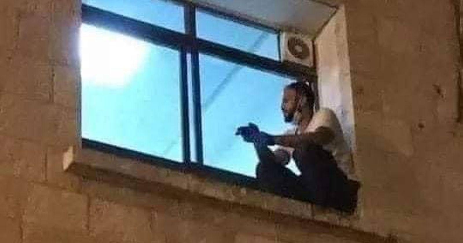 La historia del palestino que escaló a la ventana de un hospital para despedirse de su madre con COVID-19