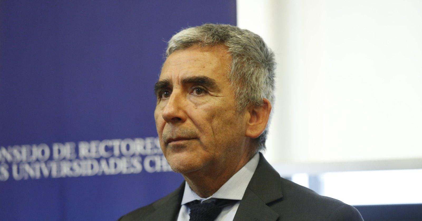 """""""Un Presidente desconcertado"""": la visión de Carlos Peña sobre la entrevista a Piñera en Icare"""