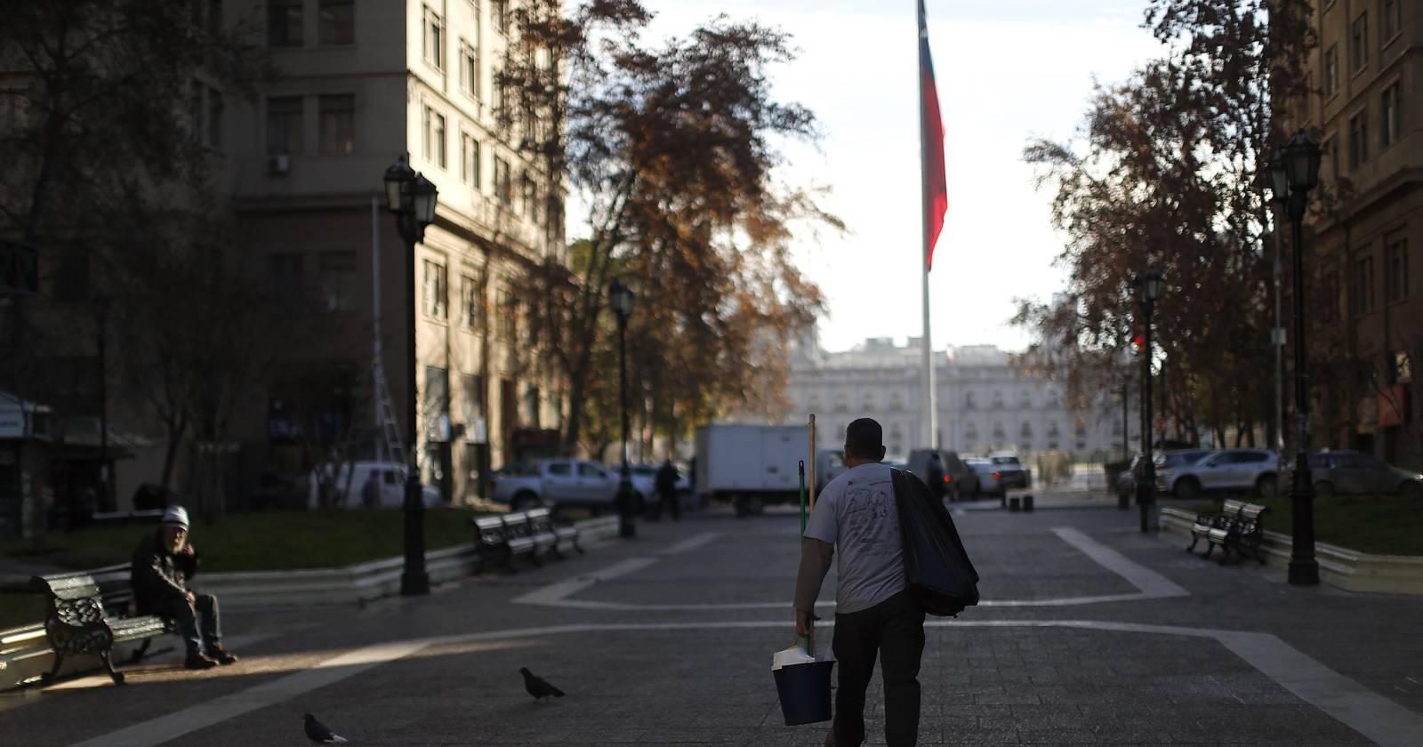 """Encuesta Ipsos: 84% de chilenos cree que vamos por el """"camino equivocado"""""""