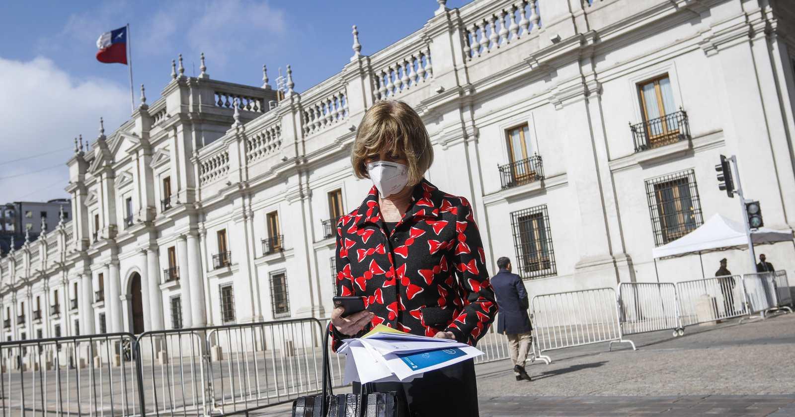 """Evelyn Matthei mira hacia La Moneda"""