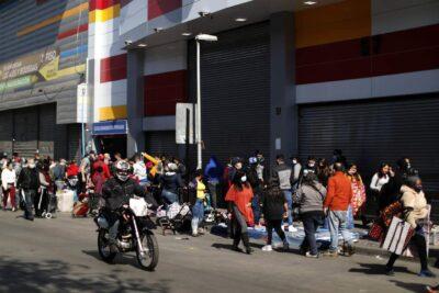 Sumarios sanitarios y aglomeraciones: el caótico desconfinamiento de Santiago y Estación Central