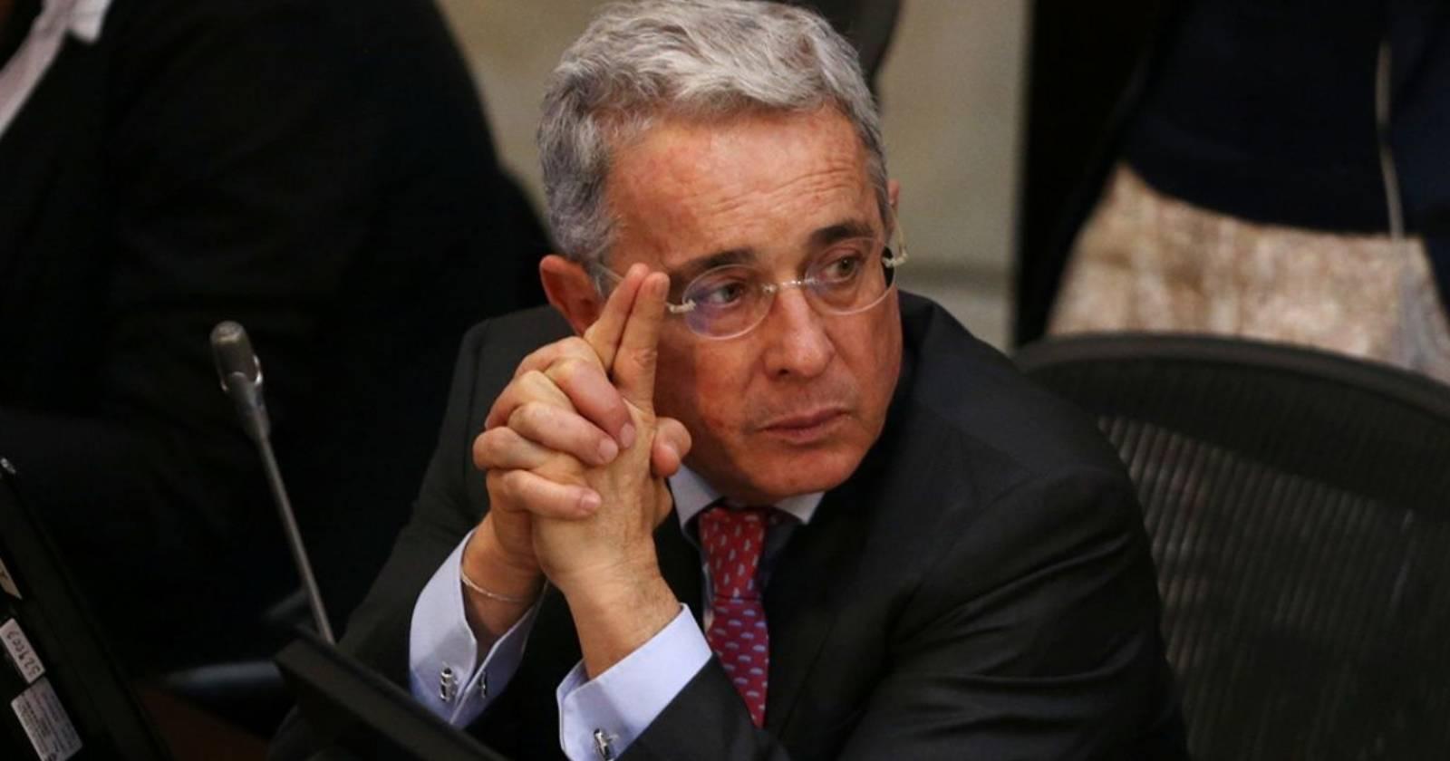 Mientras cumple arresto domiciliario: Álvaro Uribe y sus hijos dan positivo a coronavirus