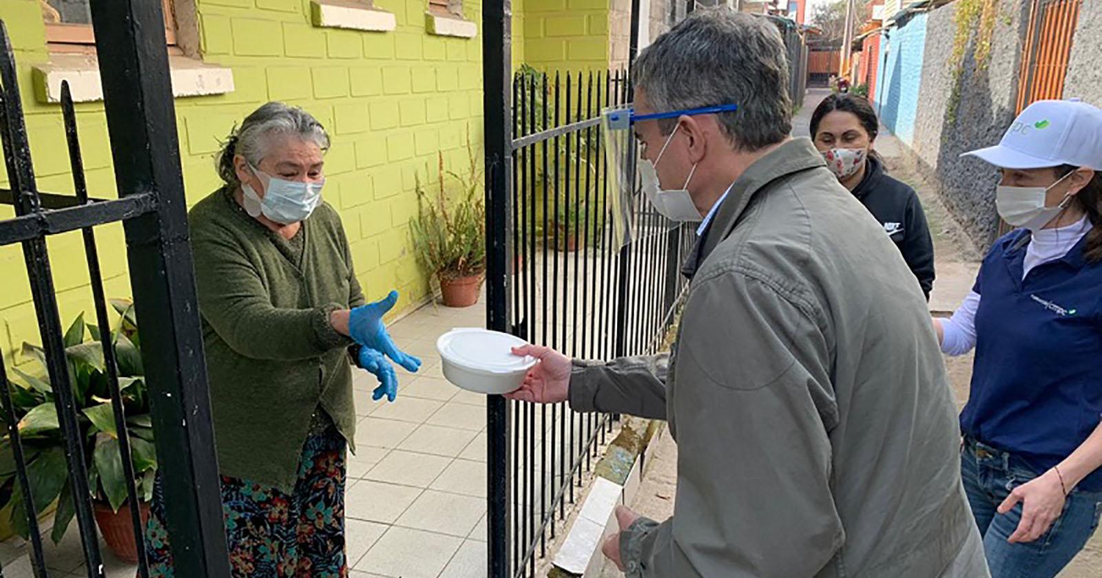 Vecinos vulnerables y adultos mayores de Puente Alto recibirán más de 10 mil almuerzos durante dos meses