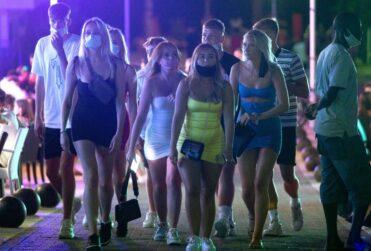 Las 4 actitudes por las que se culpan a los jóvenes de los rebrotes del coronavirus en Europa