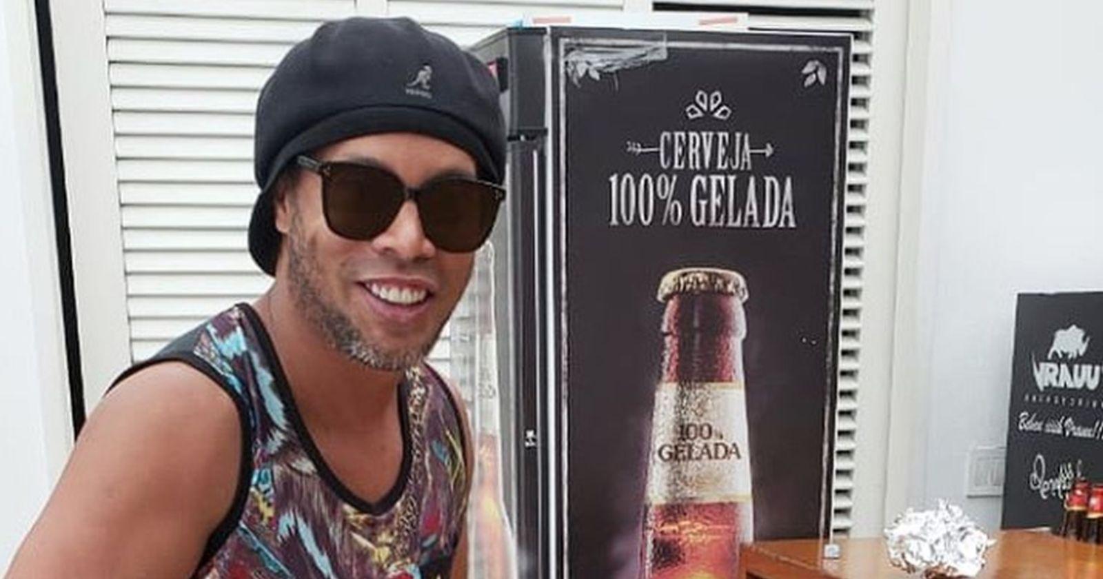 Denuncian que Ronaldinho realiza fiestas con modelos durante su arresto domiciliario en Paraguay