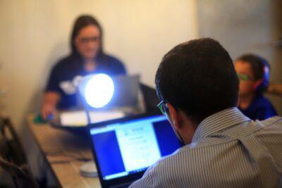 Educación a distancia: encuesta revela que un 77% de los profesores del país padece estrés