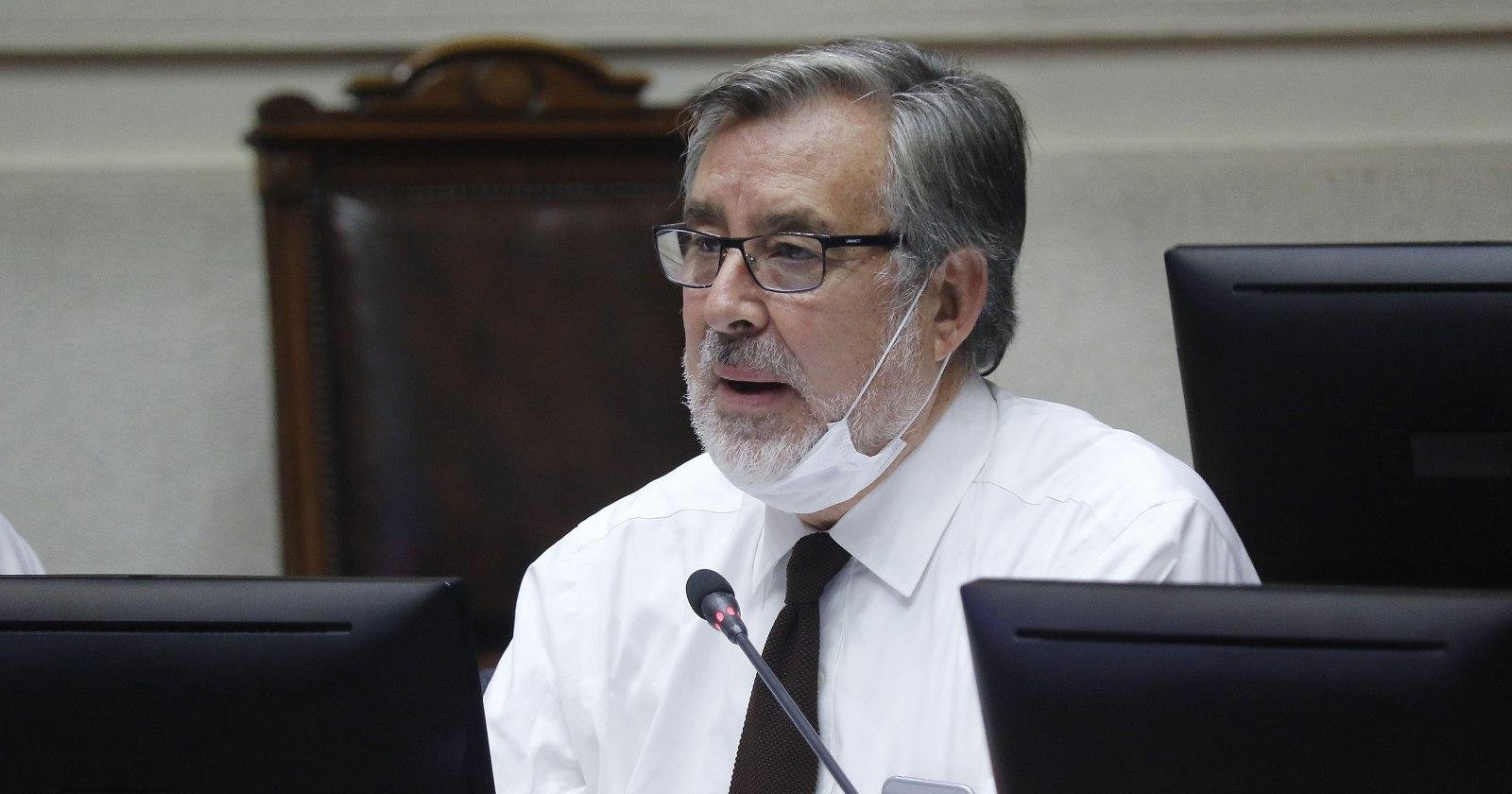 Senador Guillier pide al CNTV tomar acciones por apariciones de Lavín en TV