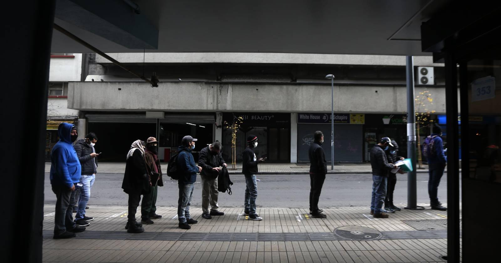 Desempleo baja levemente pero se mantiene sobre el millón de personas