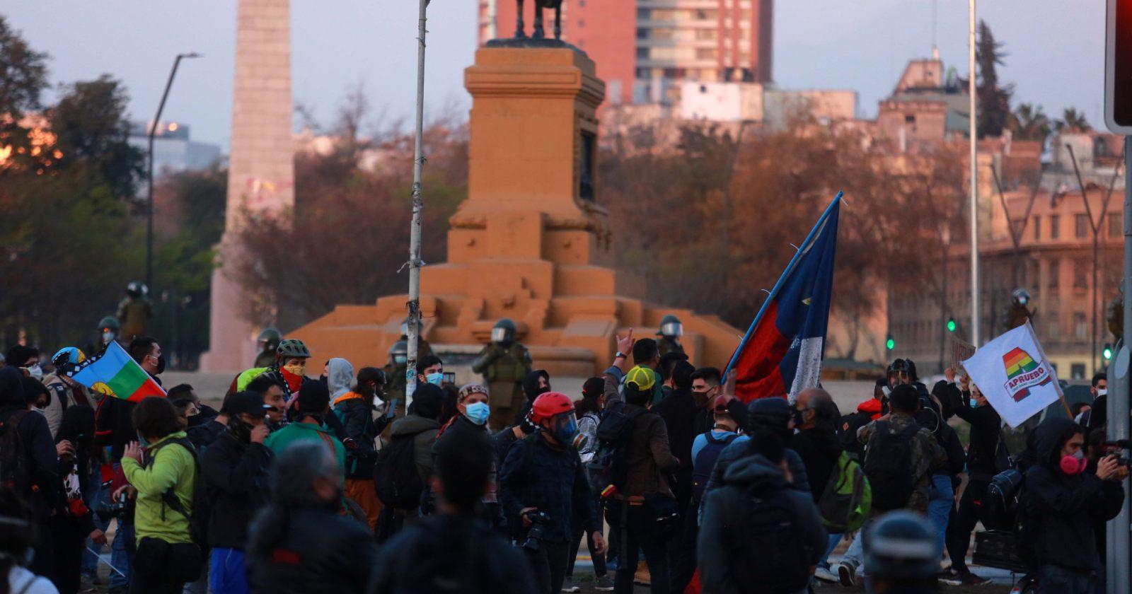 VIDEO – Carabineros disuelve a manifestantes en Plaza Baquedano