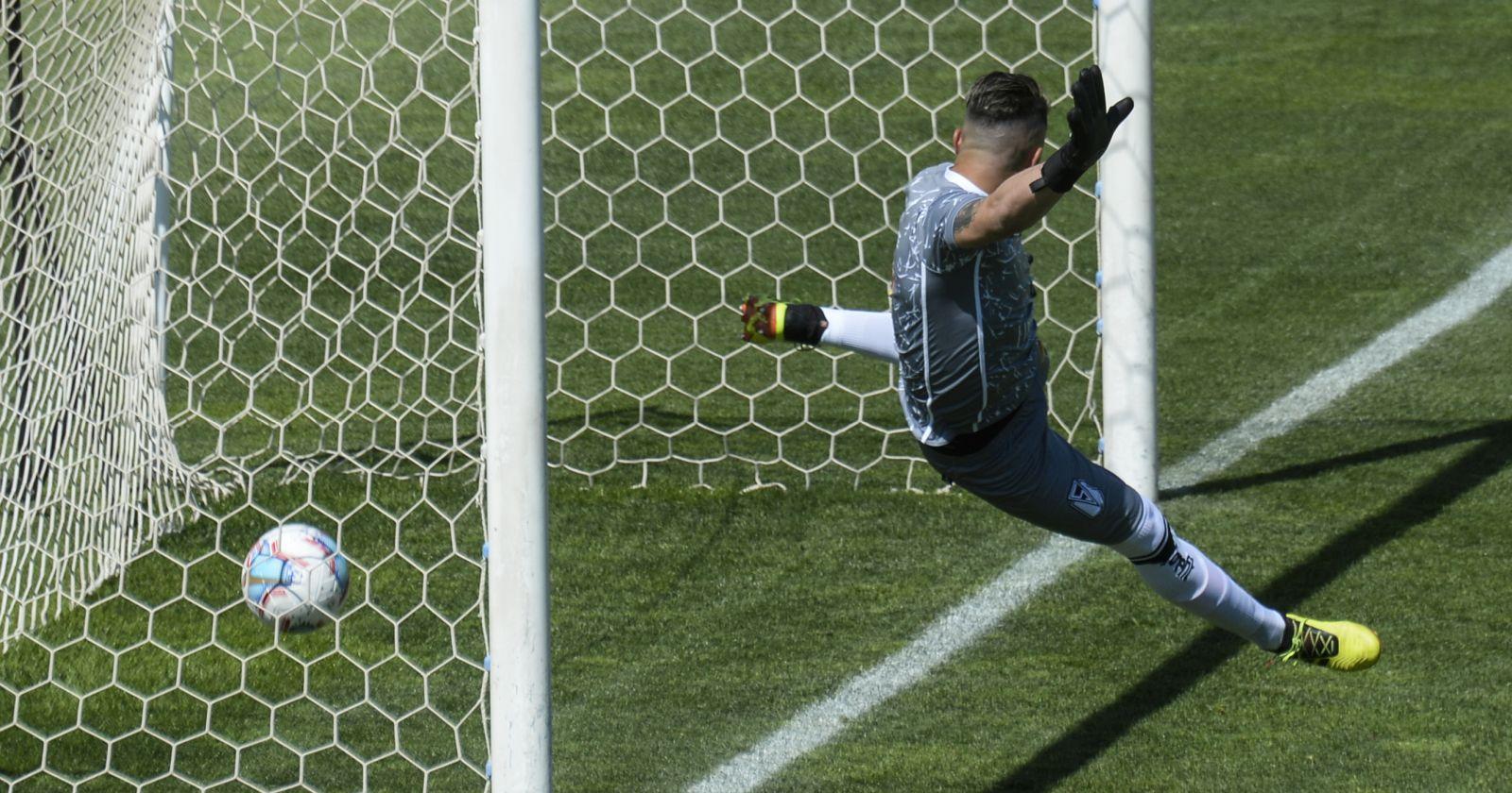 VIDEO – Todos lo vieron, menos los árbitros: el insólito gol que no se cobró en la Primera B