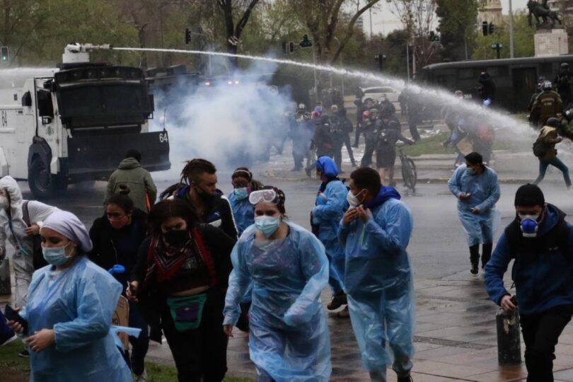 Protesta de TENS en Plaza Baquedano termina en incidentes con Carabineros
