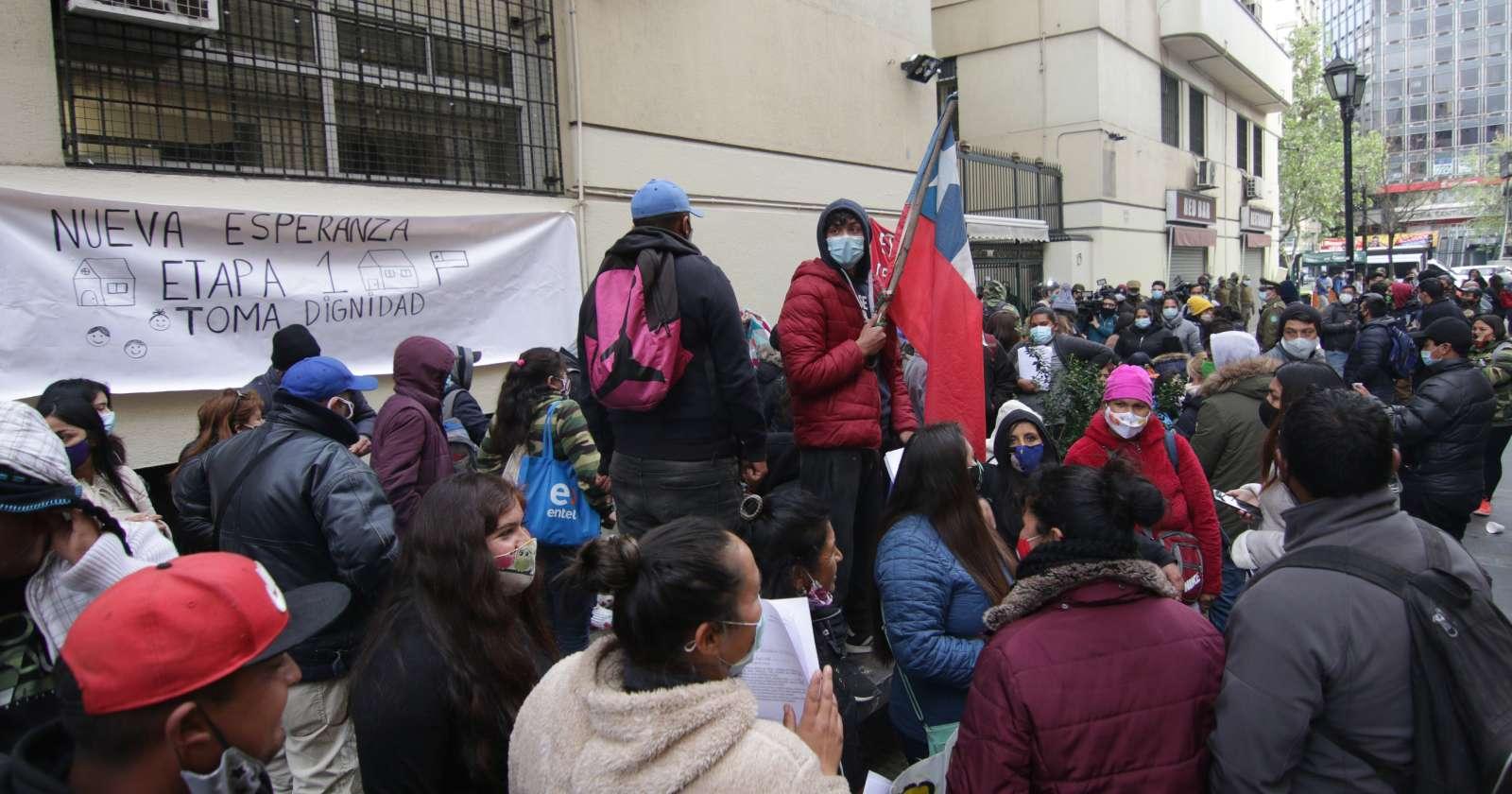 Habitantes de campamento Dignidad se manifestaron en frontis del Minvu