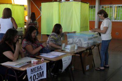 Evitar contactos y entrega de kits sanitarios: Servel define protocolo para vocales de mesa en el plebiscito