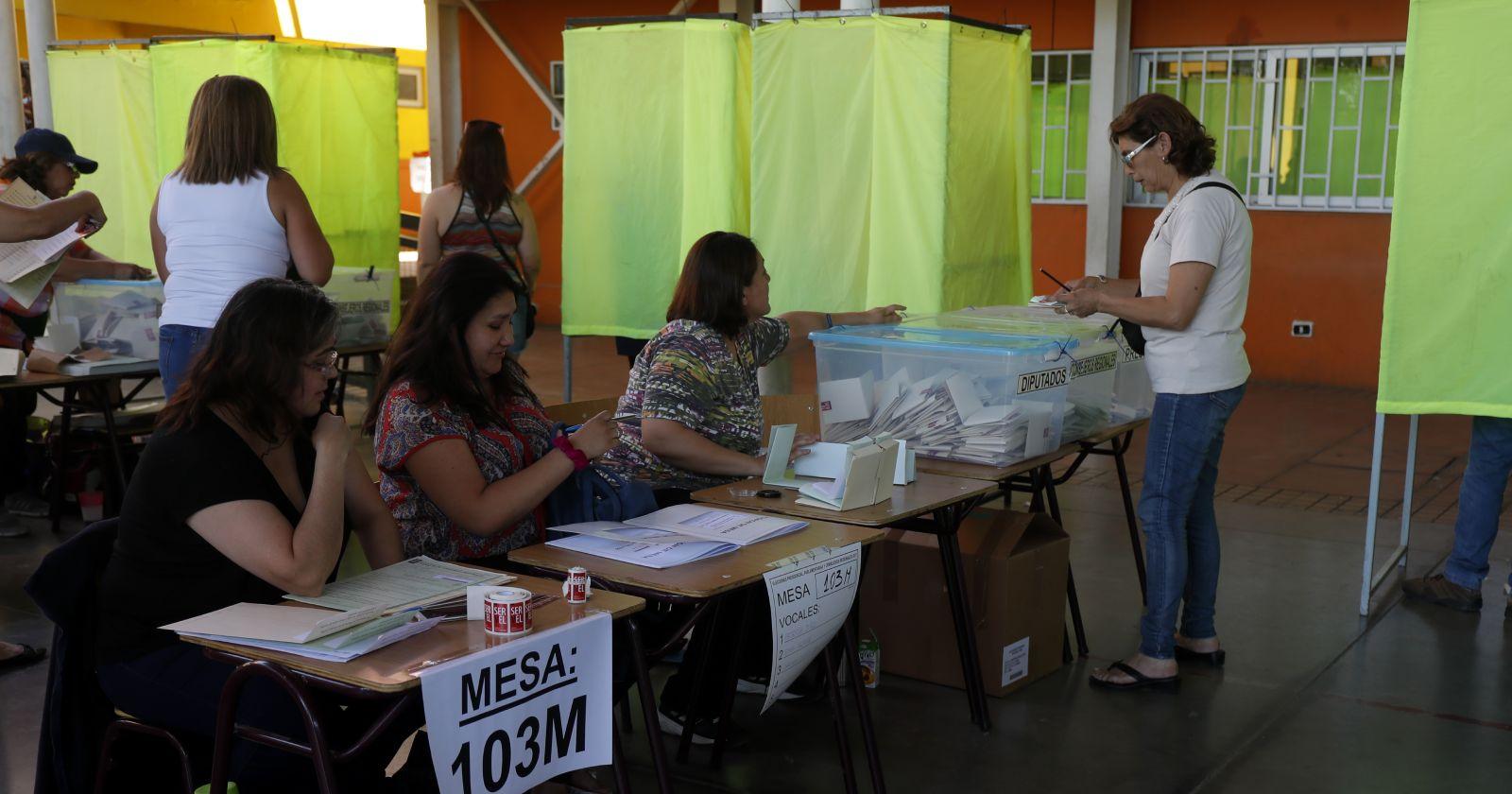 """""""Evitar contactos y entrega de kits sanitarios: Servel define protocolo para vocales de mesa en el plebiscito"""""""