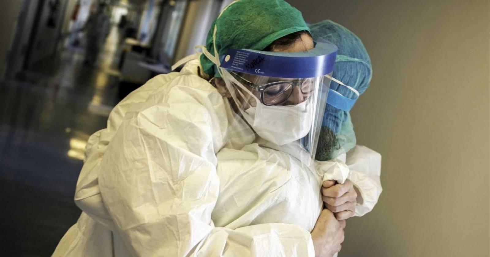 Más de 7 mil funcionarios de la salud han muerto en todo el mundo mientras atienden la pandemia