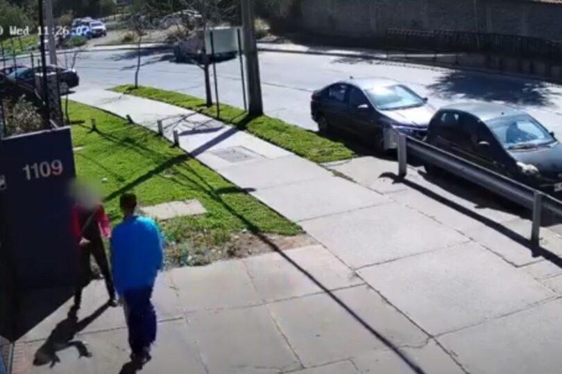 VIDEO – Detienen a hombre que agredió a su pareja afuera de un cuartel de la PDI en Las Condes