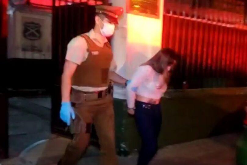 Detienen a mujer sorprendida lanzando objetos al interior de una cárcel que intentó sobornar a Carabineros