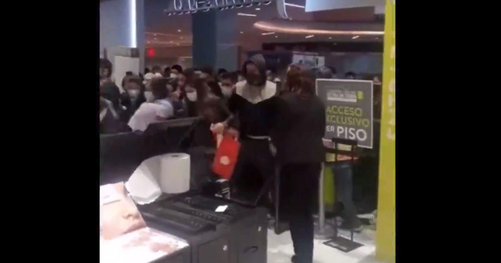 VIDEO – Clientes se aglomeraron en reapertura de tienda en mall de Independencia