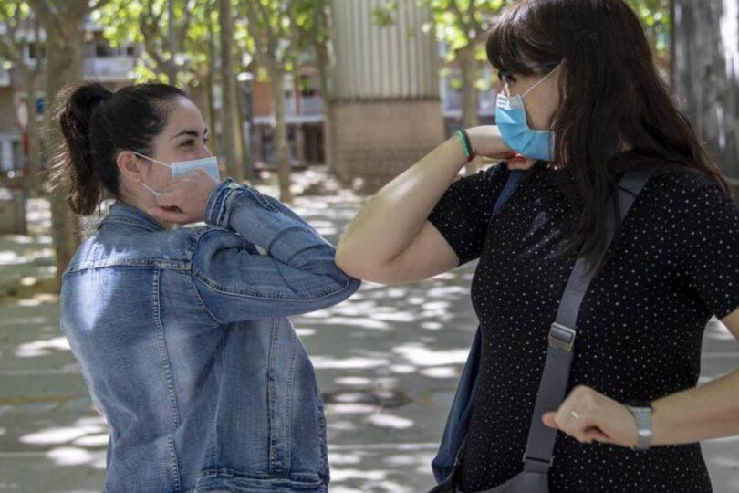 OMS pide evitar el saludo con el codo y asegura que en octubre aumentará la mortalidad por coronavirus