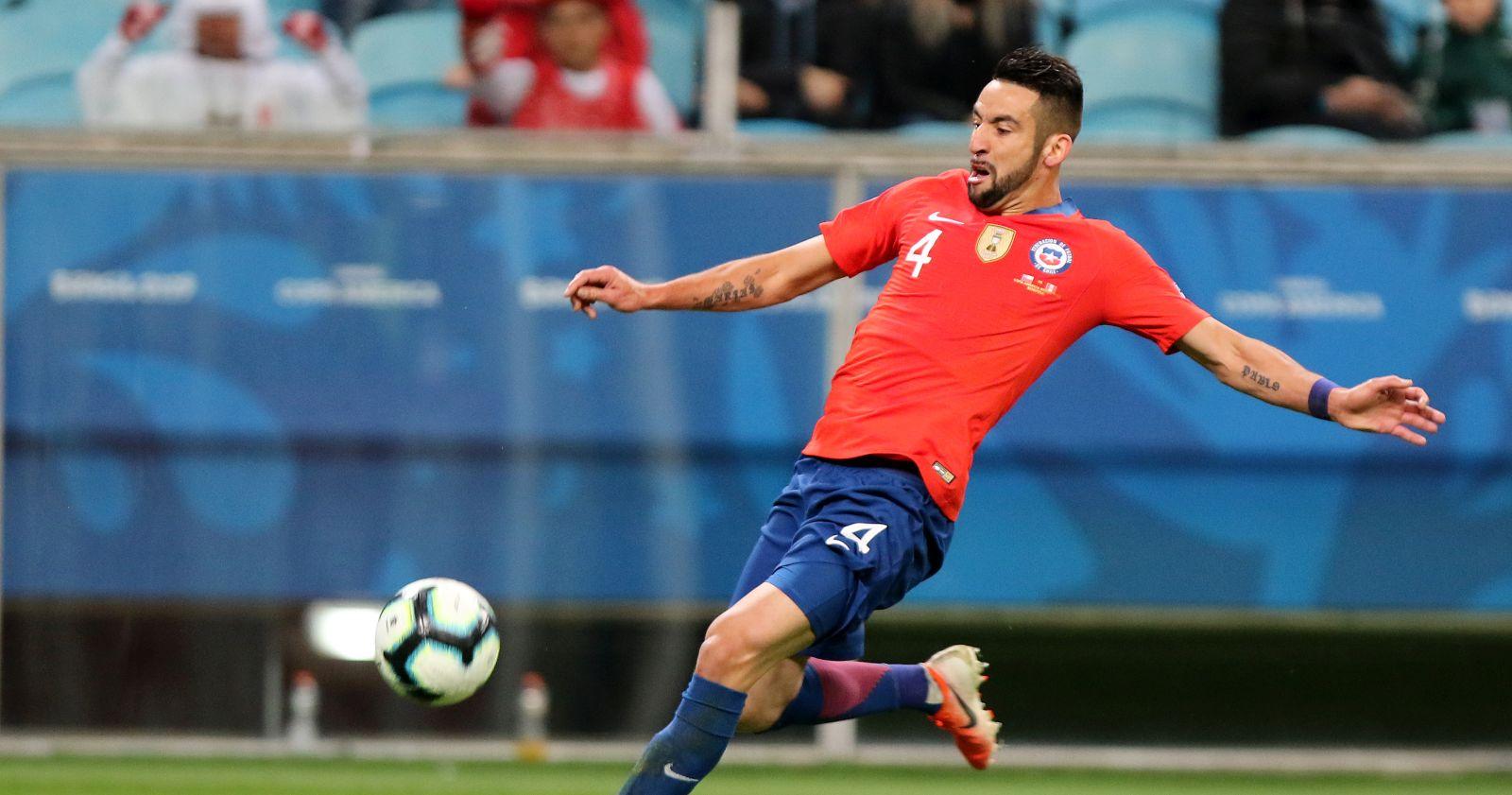 Mauricio Isla dio negativo en su PCR y podrá jugar ante Colombia