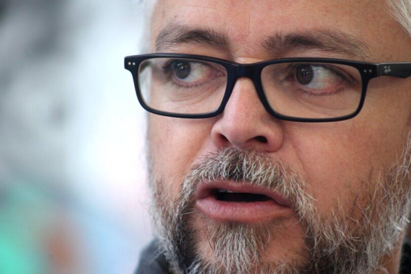 Jorge Baradit rechaza ir gratis a feria del libro de una universidad