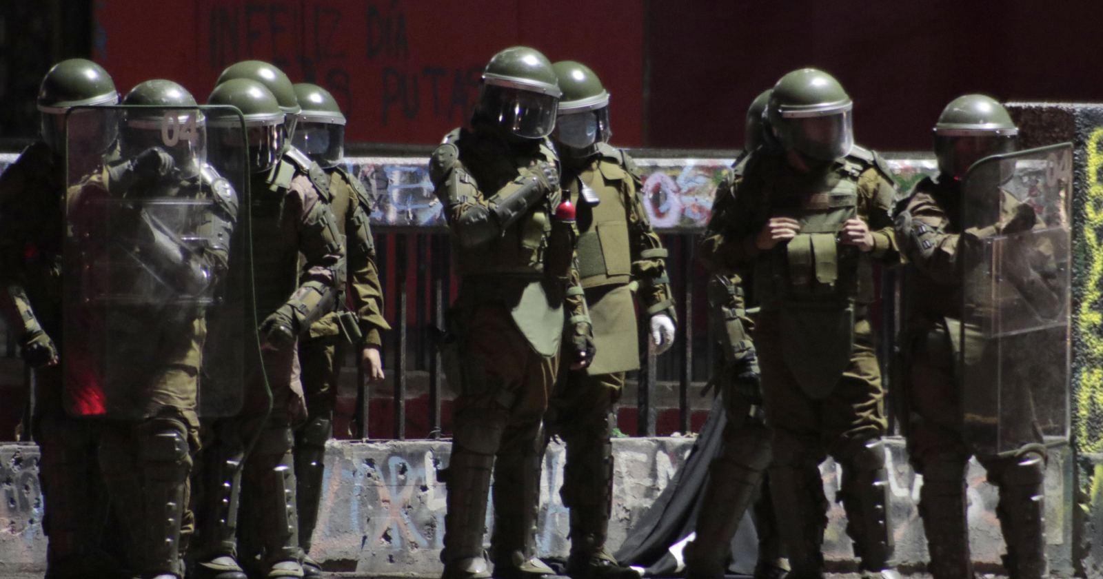 VIDEO - Subteniente de Carabineros fue quemado por bomba molotov