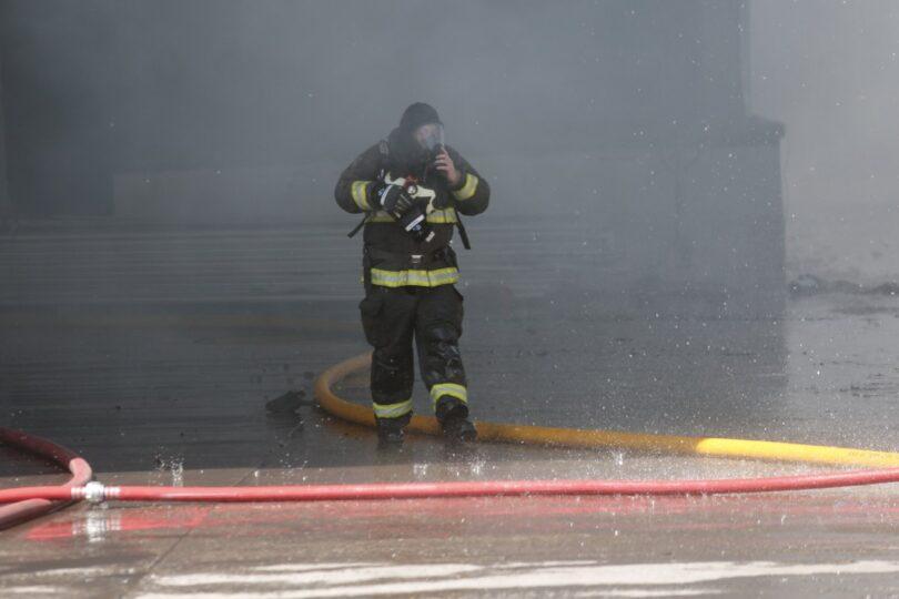 Incendio afectó a viviendas en Santiago Centro y dejó al menos 30 damnificados