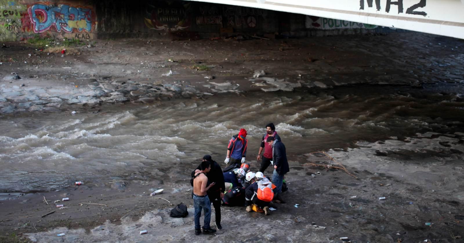 """Menor que cayó al río Mapocho """"evoluciona favorablemente"""" tras operación"""