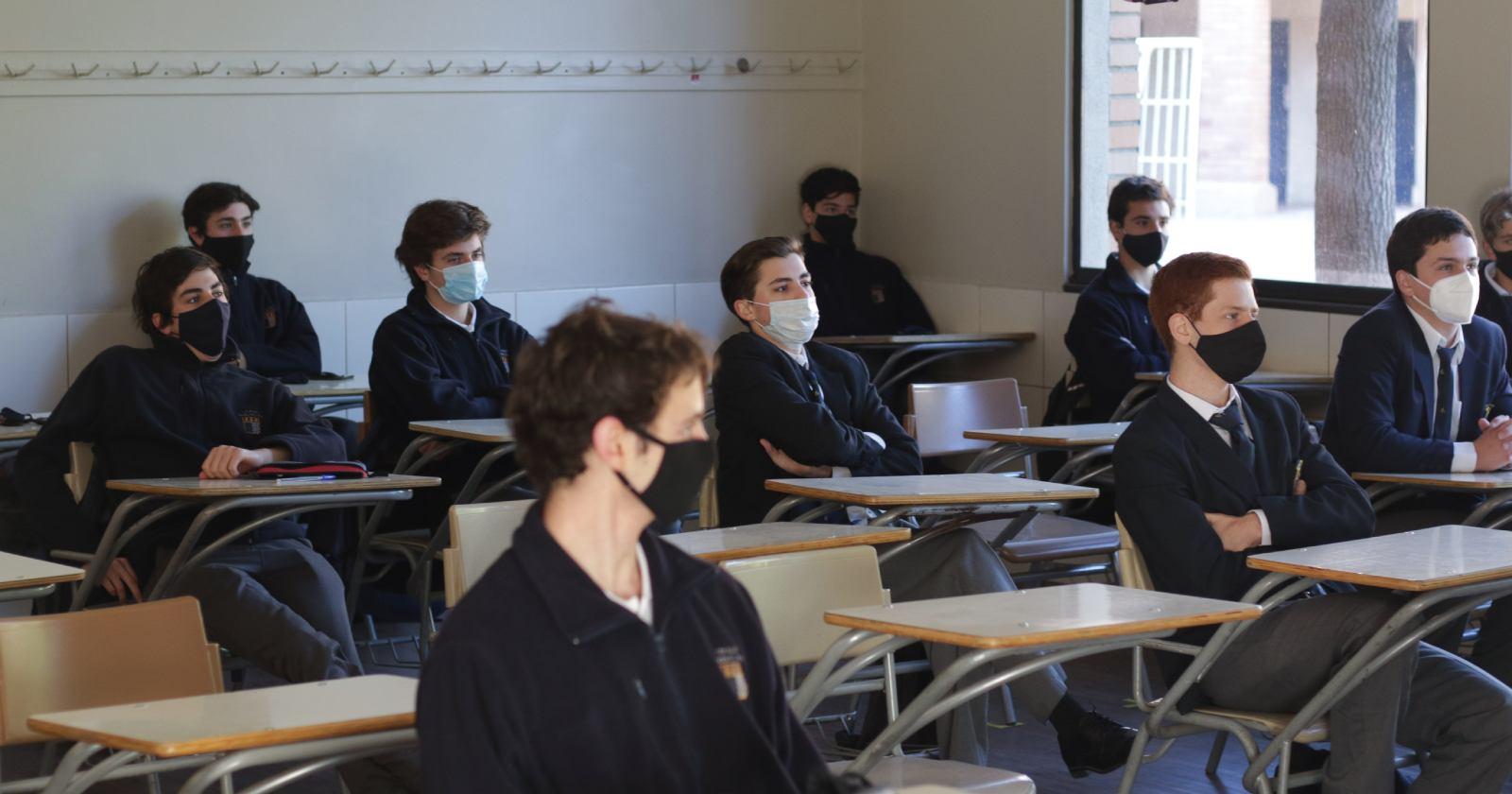 Cuatro colegios retoman las clases presenciales en el Gran Santiago