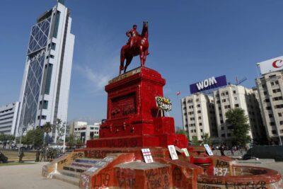 """Gobierno y traslado de estatua de Baquedano: """"Es decir que nos rendimos frente al vandalismo"""""""