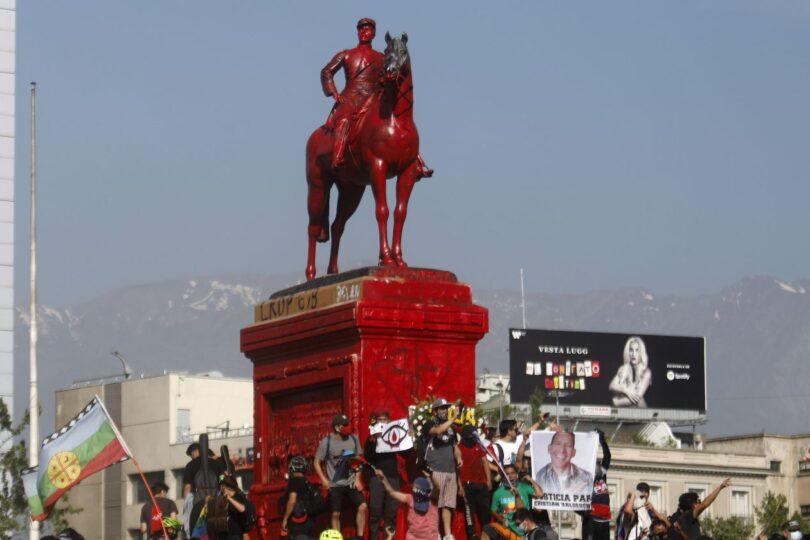 Manifestantes pintaron de rojo estatua del general Baquedano