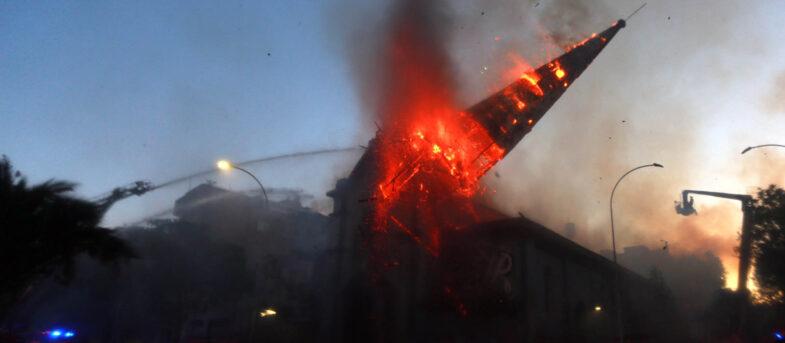 Volvió el vandalismo: dos iglesias quemadas, saqueos y barricadas