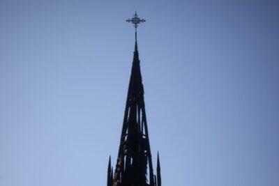 Peritajes de Carabineros alertan sobre planificación en incendios de iglesias