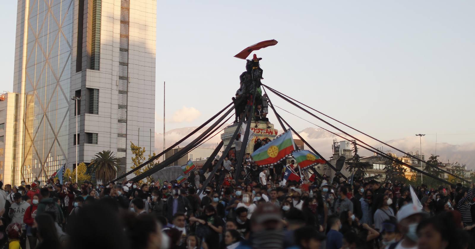 """Carabineros descarta """"entrega"""" de Plaza Baquedano a manifestantes"""